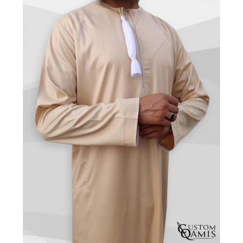 Qamis Omani - Tissu Precious Beige Satin et Broderie Blanc - Custom Qamis